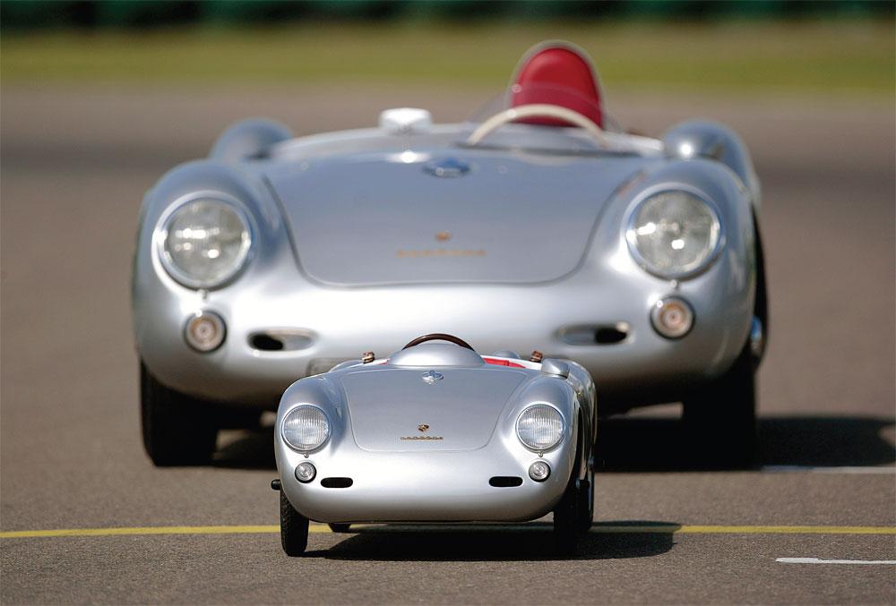 Format réel et format réduit du spider Porsche 550 dans lequel James Dean trouva la mort il y a 55 ans.