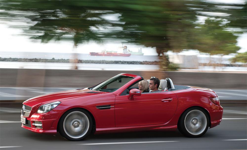 La première décapotable à toit rigide escamotable de l'ère moderne fut cette Mercedes-Benz SLK qui se refait une beauté pour 2012.