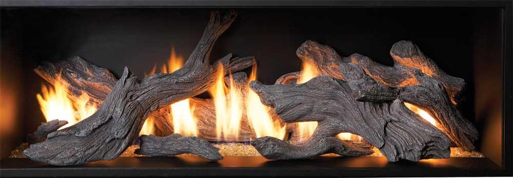 De fausses bûches très réalistes qui «brûlent» sur 62 pouces de largeur et 20 de hauteur du foyer Xtreme Tahoe Drift de Fireplace Xtraordinair
