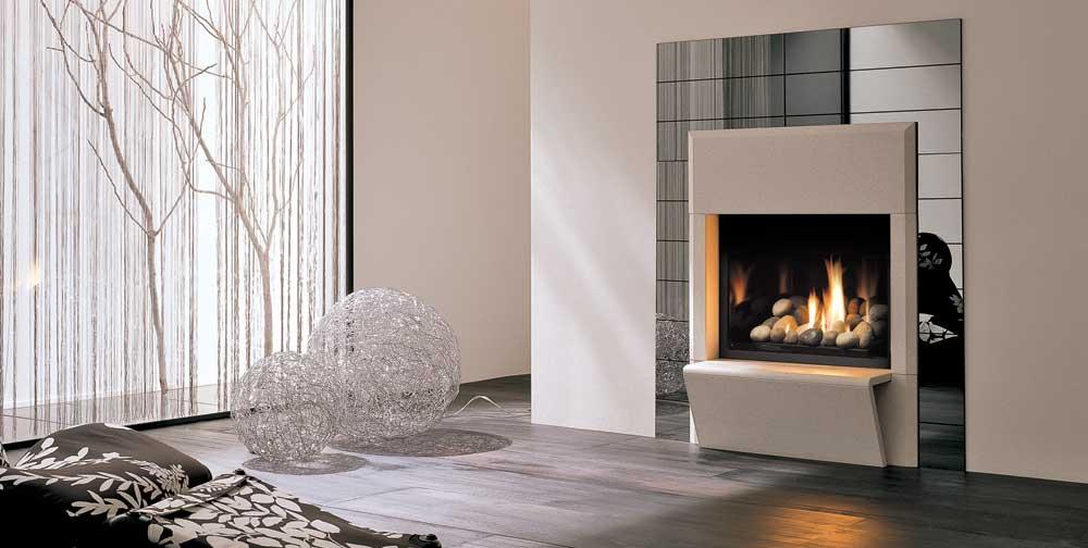 L'habillage Napoli se compose de marbre blanc poli mat et d'une plaque de miroirs biseautés, alors que le foyer Solace 36 au gaz comprend un amoncellement de pierres rondes lisses. Le tout fabriqué par Palazzetti.