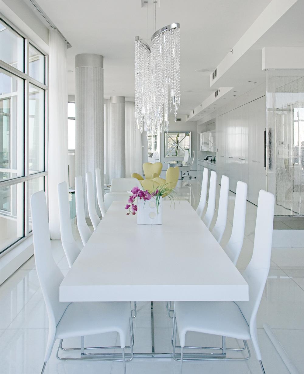 Dix chaises Lazy de Patricia Urquiola se font face autour d'une table, également de B & B Italia. Plus loin, une cloison de verre transparent emprisonne des bulles d'eau qui prennent diverses teintes de bleu le soir venu grâce des halogènes spéciaux.
