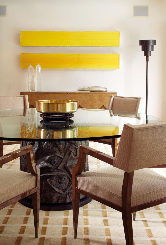 des-oeuvres-d-art-et-des-oeuvres-rares-fauteuils-italiens-et-table-avec-une-base-en-bronze