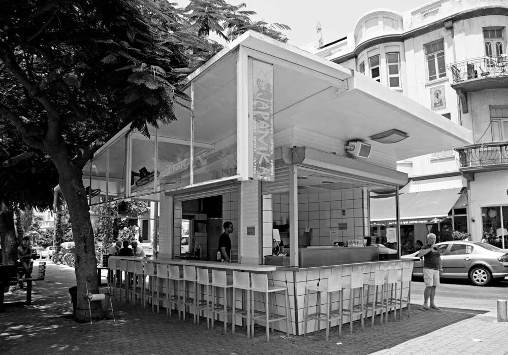 Le quartier Rothschild est très agréable en soirée avec ses petits bars et restos.  L'ambiance est relaxe, mais on y sent l'énergie des gens ! Les Tel-Aviviens sont festifs. Je vous souhaite un agréable séjour à Tel-Aviv.