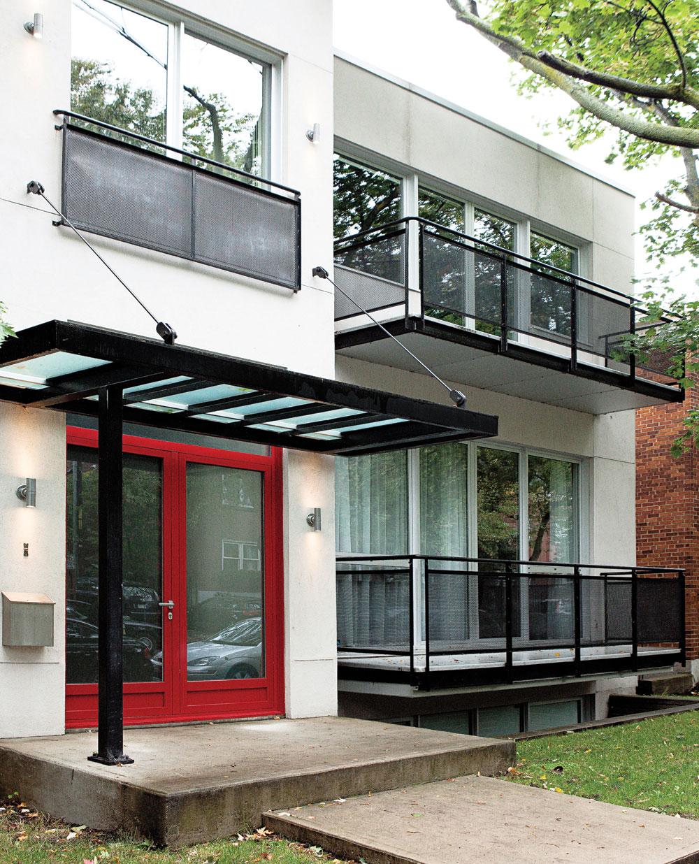 C'était un immeuble de bureaux, ce l'est encore en partie, car l'avocat-propriétaire y a fait son bureau et sa demeure. Un parement en vinyle avec une forte présence d'acier orne la façade et une porte rouge, très vitrée, se veut un clin d'œil à celle de l'autre maison qu'il a quittée.
