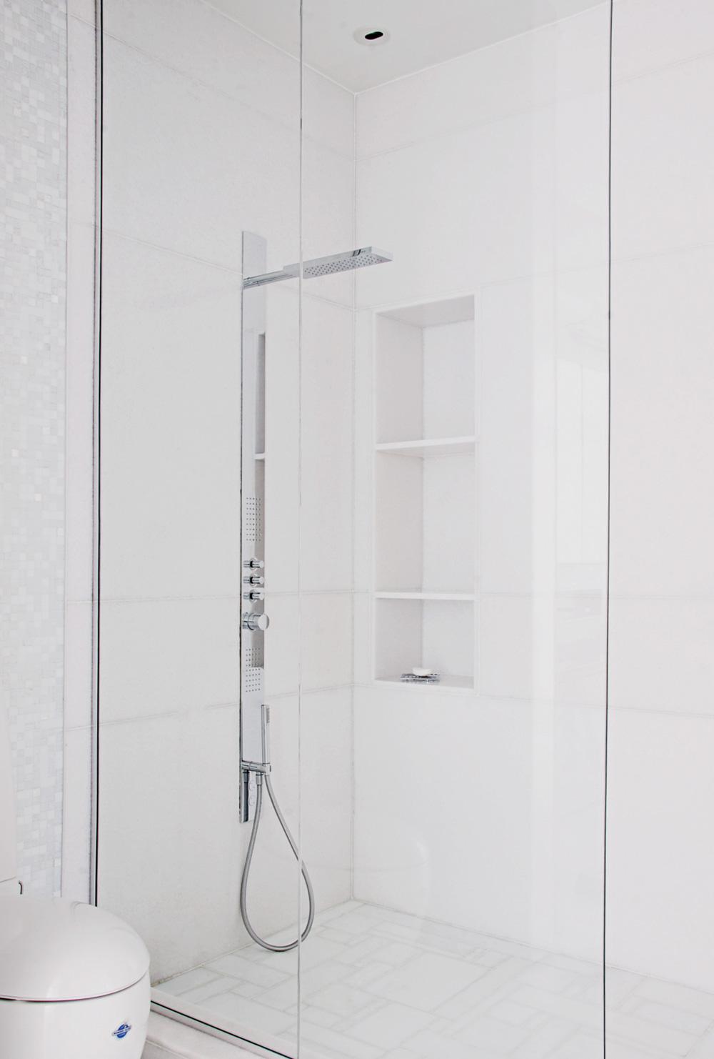 La douche minimaliste s'habille de marbre et de verre à côté d'une toilette Alessi-Laufen (Batimat) avec sa technologie WonderGliss qui facilite le nettoyage.