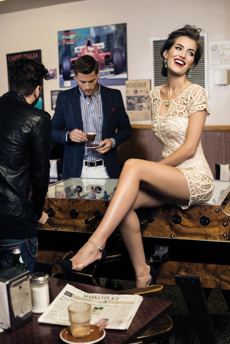m11-mode-robe-maillot-de-bain-boucles-d-oreilles-poggi-chaussures-lui-veste-et-pantalon-z-zegna-ceinture-charriol-et-bracelet-gucci